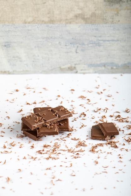 Pedaço de chocolate amargo em cima da mesa Foto gratuita