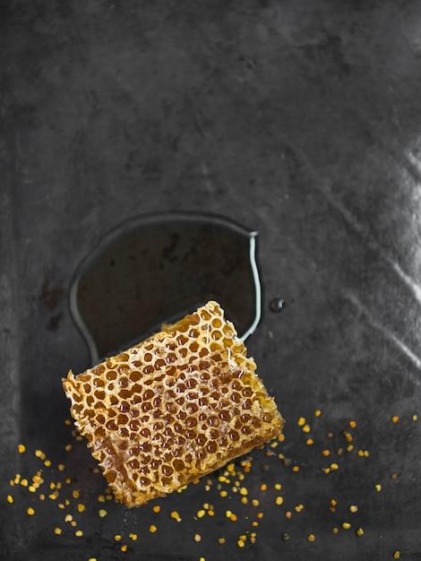 Pedaço de favo de mel com pólen de abelha no balcão da cozinha Foto gratuita