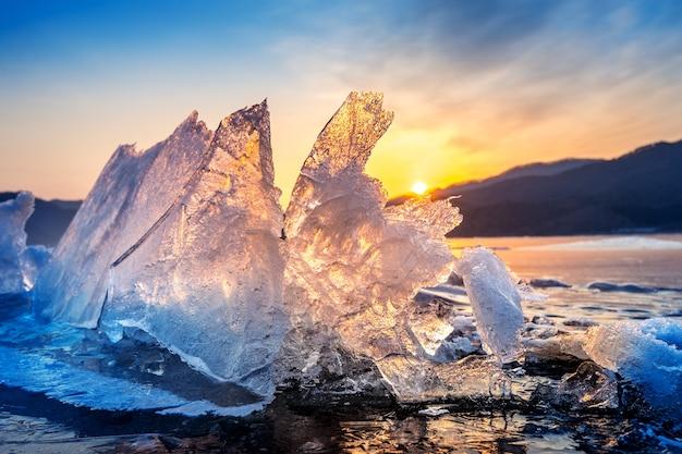 Pedaço de gelo muito grande e bonito ao nascer do sol no inverno Foto gratuita