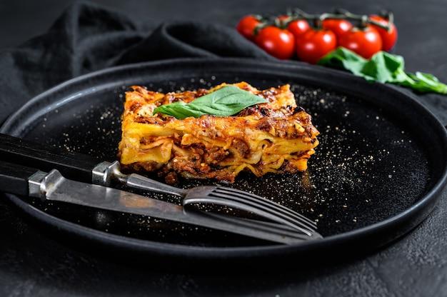 Pedaço de lasanha quente saborosa. comida italiana tradicional Foto Premium