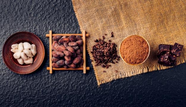 Pedaços de chocolate amargo triturados e cacau, vista superior Foto Premium