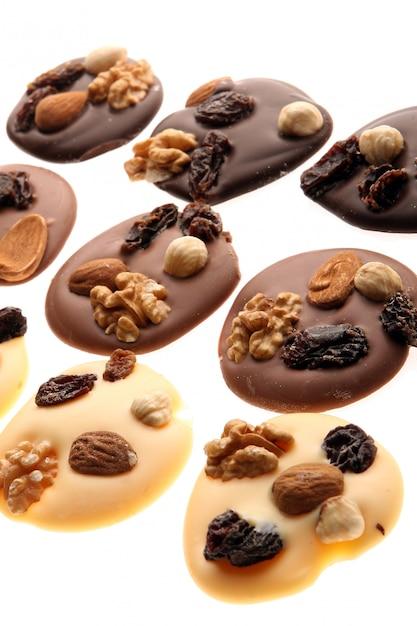 Pedaços de chocolate com nozes Foto gratuita