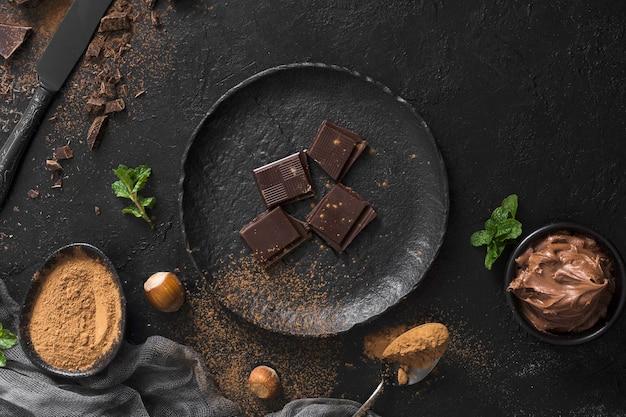 Pedaços de chocolate doce no prato Foto gratuita
