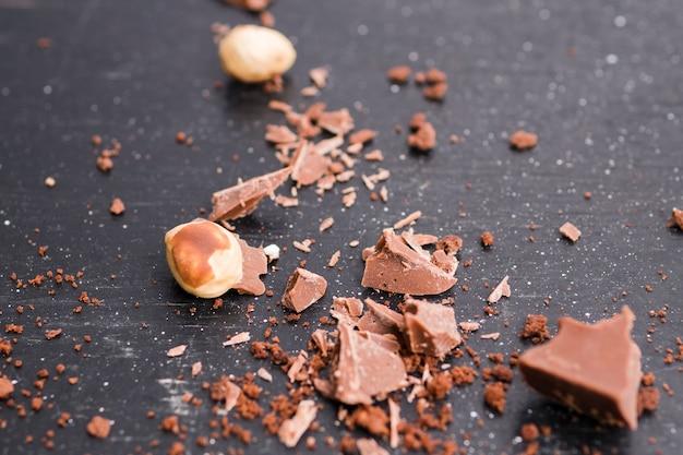 Pedaços de chocolate e nozes Foto gratuita
