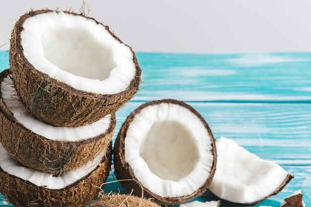 Pedaços de coco danificado com casca close-up Foto Premium