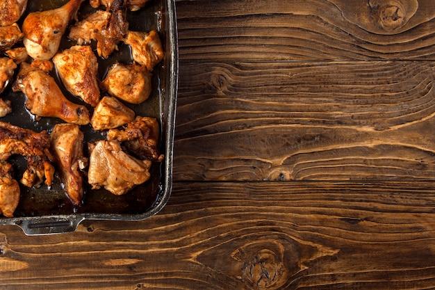 Pedaços de frango assado na assadeira Foto Premium