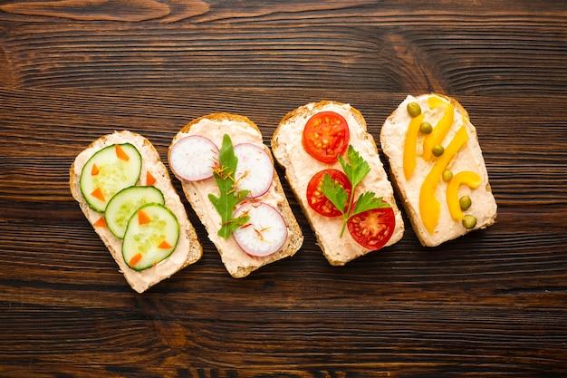 Pedaços de pão com legumes Foto gratuita