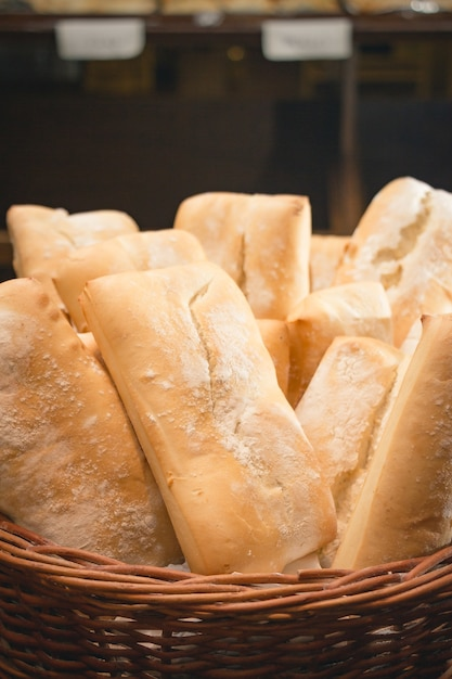 Pedaços de pão em uma cesta na loja Foto gratuita