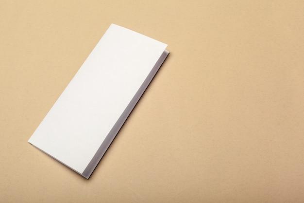 Pedaços de papel em branco para mock-se sobre um fundo bege Foto Premium