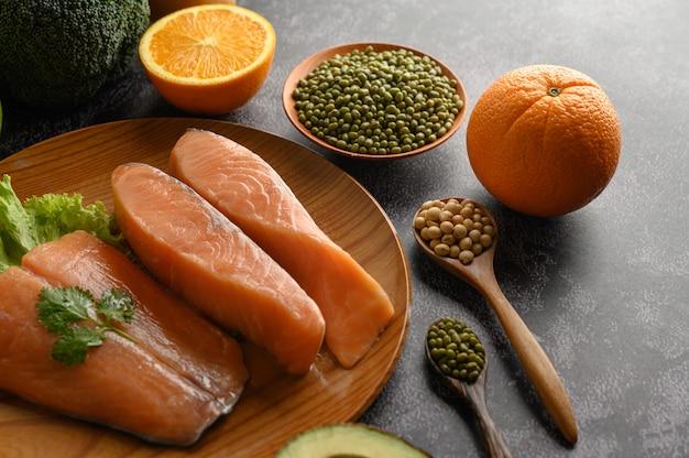 Pedaços de salmão em uma placa de madeira. foco seletivo. Foto gratuita