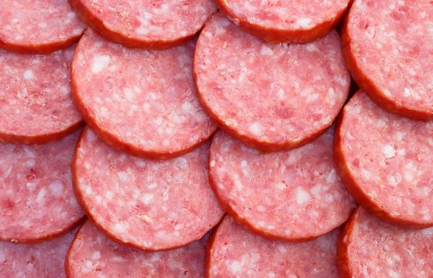 Pedaços fatiados de linguiça de carne defumada Foto Premium