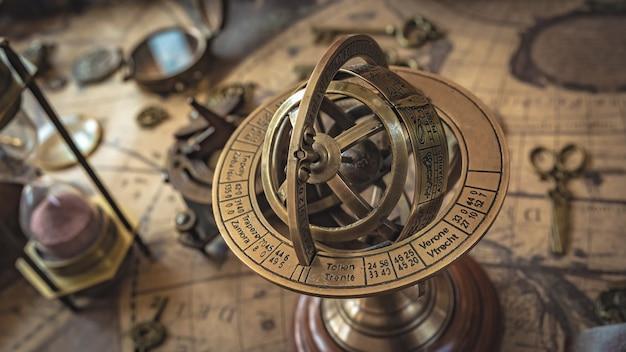 Pedestal de globo de sinal de zodíaco armillary antigo latão Foto Premium