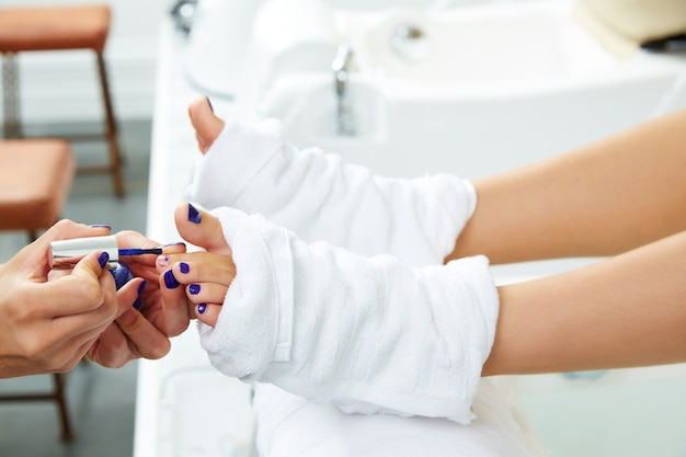 Pedicure unhas polonês azul no salão de beleza Foto Premium