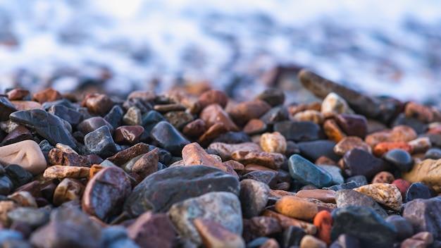 Pedras da costa de mar, ressaca, foco seletivo. tema da natureza Foto Premium
