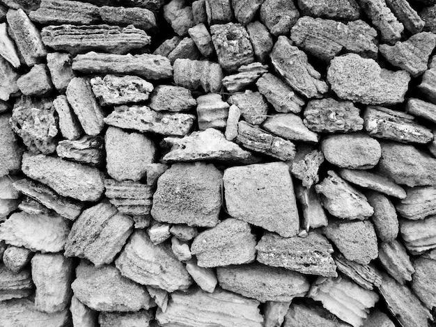 Pedras escuras ao ar livre Foto gratuita