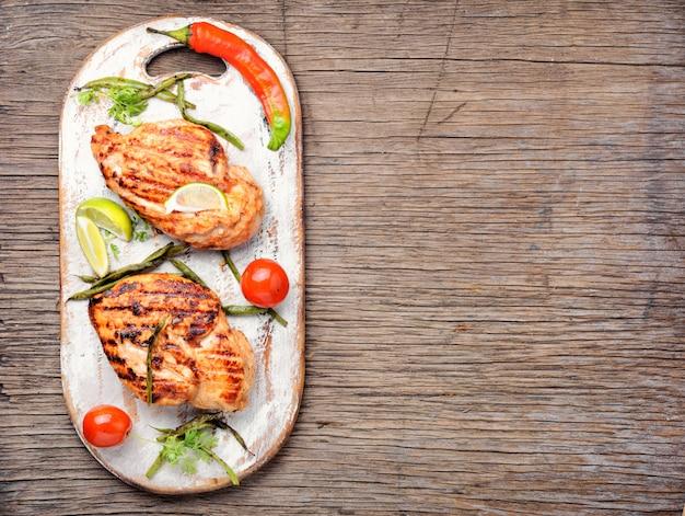 Peito de frango assado com lima Foto Premium