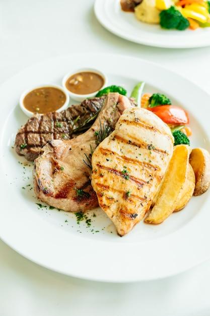 Peito de frango e costelinha de porco Foto gratuita