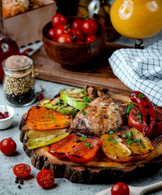 Peito de frango frito com legumes Foto gratuita