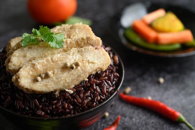 Peito de frango grelhado coberto com pimenta em bagas maduras de arroz roxo. Foto gratuita