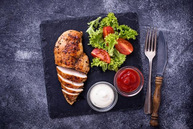Peito de frango grelhado com salada de legumes Foto Premium