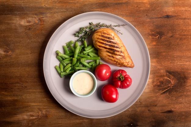 Peito de frango grelhado saudável marinado servido com legumes Foto Premium