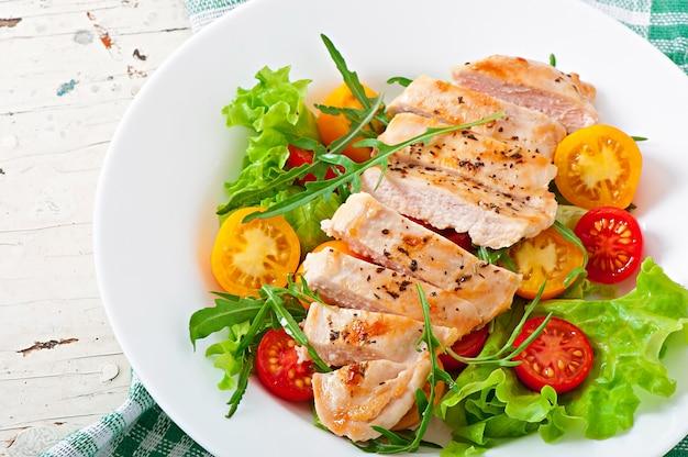 Peitos de frango grelhados e legumes Foto Premium