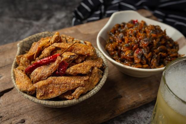 Peixe assado com conceito asiático de frutos do mar de molho. Foto gratuita