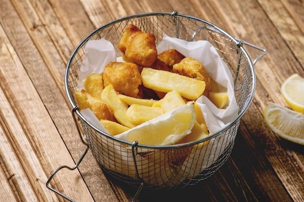 Peixe com fritas clássico Foto Premium