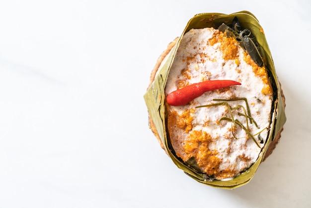 Peixe cozido no vapor com pasta de curry Foto Premium