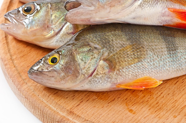 Peixe cru em uma placa de corte isolada Foto Premium
