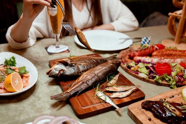 Peixe defumado e linguiça frita Foto gratuita