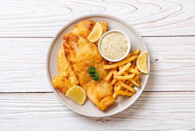 Peixe e batatas fritas com batatas fritas Foto Premium