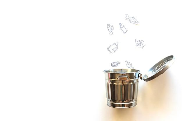 Peixe e lixo caindo para bin Foto gratuita