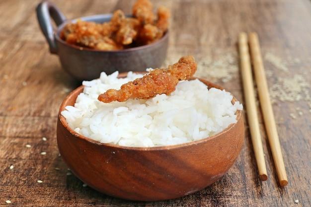 Peixe frito com gergelim branco Foto Premium