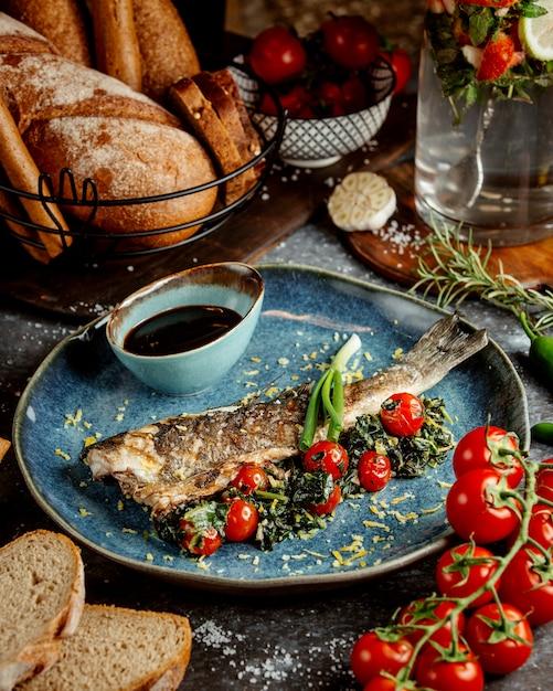 Peixe frito com tomate e molho Foto gratuita