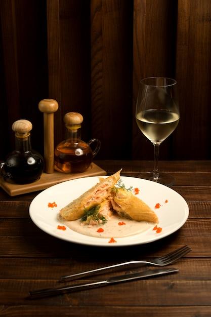 Peixe frito em molho com vinho branco Foto gratuita
