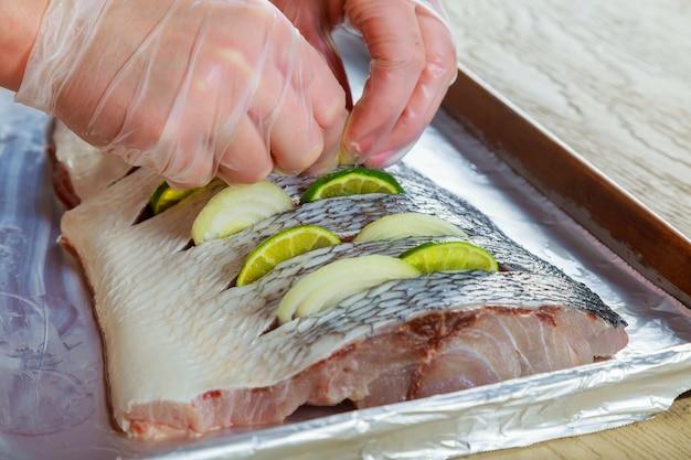 Peixe frito marinado frito com especiarias n filés de limão em óleo com limão Foto Premium