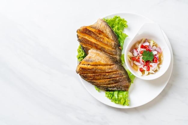 Peixe gourami crocante com salada picante Foto Premium
