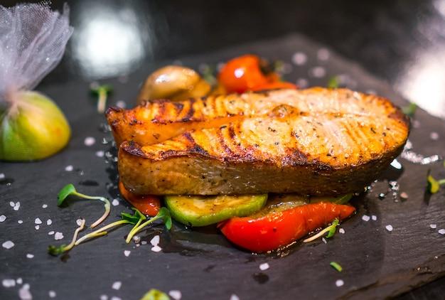 Peixe grelhado close-up decorado com legumes Foto gratuita