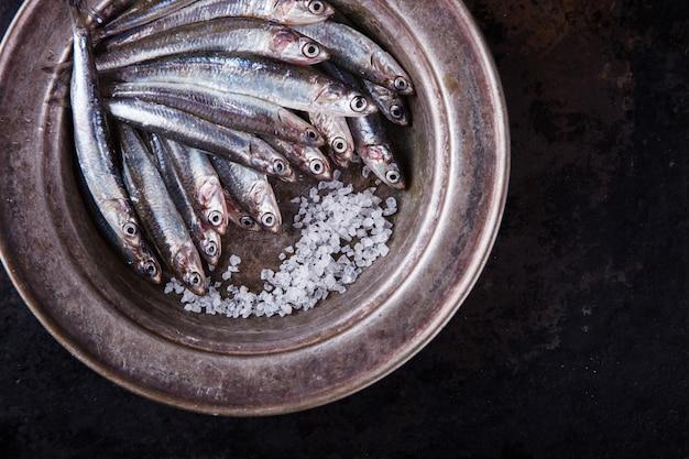 Peixe marinho fresco de anchova. comida de festa de verão Foto Premium