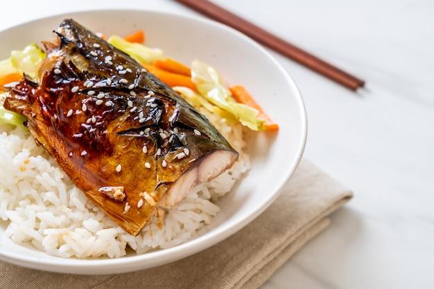 Peixe saba grelhado com molho teriyaki na tigela de arroz coberto Foto Premium