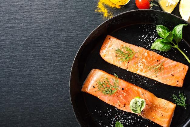 Peixe salmão cru na panela vintage Foto gratuita