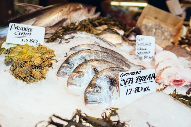 Peixes do mar bream e outros frutos do mar recém pescados em exibição no borough market em londres Foto Premium