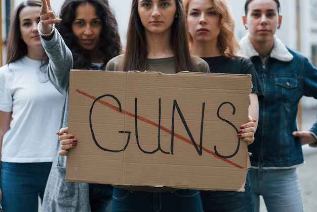Pela paz. grupo de mulheres feministas protesta por seus direitos ao ar livre Foto gratuita