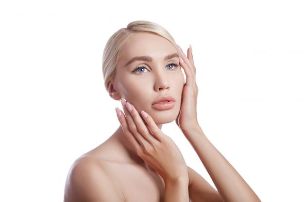 Pele limpa perfeita de uma mulher, um cosmético para rugas. efeito rejuvenescedor sobre os cuidados com a pele. poros limpos sem rugas. louro da menina no isolado branco da parede ,. pele saudável do rosto Foto Premium