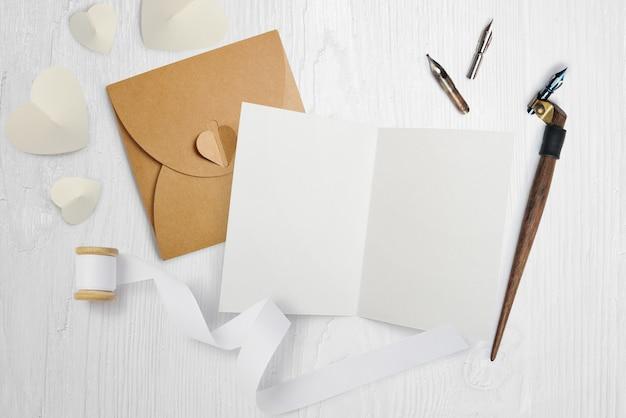 Pena caligráfica com carta, cartão para dia dos namorados Foto Premium
