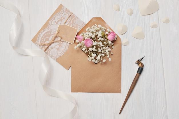 Pena caligráfica um envelope com flores e uma carta, cartão Foto Premium