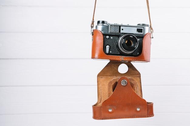Pendurado câmera no caso Foto gratuita