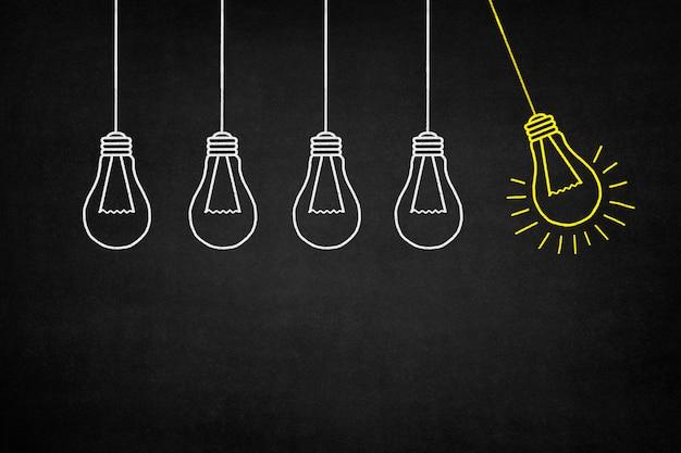 Pendurado lâmpada amarela com outras lâmpadas brancas Foto gratuita