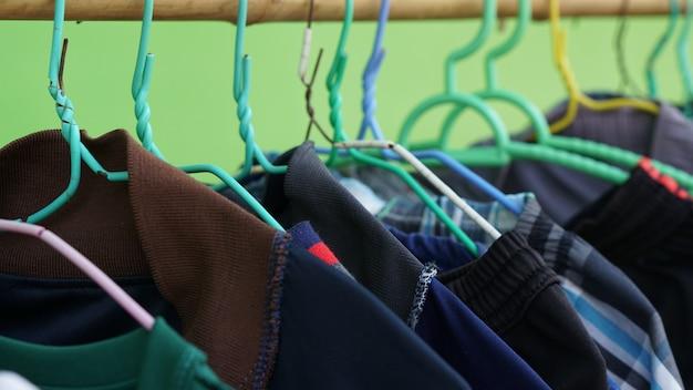 Pendurando roupas coloridas Foto Premium